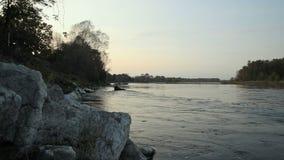 沿提契诺州河的河岸被停泊的小船在日落 股票录像