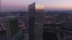 沿摩天大楼的飞行由寄生虫 股票视频