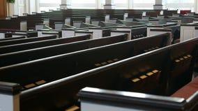 沿教会座位(移动式摄影车)被射击的缓慢跟踪 股票视频