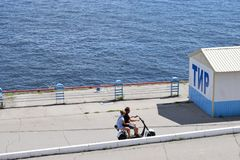 沿散步的步行在脚踏车 免版税库存图片