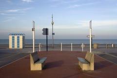 沿敦刻尔克海岸,法国的长凳 免版税库存照片