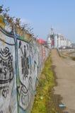 沿无盖二轮轻便马车船坞的墙壁街道画 免版税库存图片