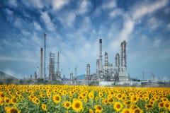 沿暮色天空的炼油厂 图库摄影