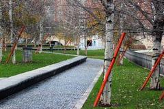 沿曼萨纳雷斯河的现代城市公园在马德里,西班牙 免版税库存照片