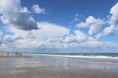 沿有云彩的海洋靠岸在天空 库存图片