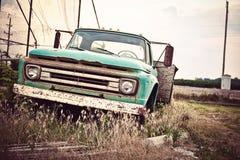 沿有历史的美国途径66的老生锈的汽车 免版税库存照片