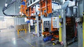 沿机器的行动有操作器和控制板的 股票视频
