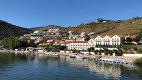 沿杜罗河河的大厦杜罗河谷的在Pinhao,葡萄牙 免版税库存图片