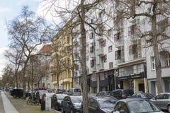 沿柏林街道的看法对现代和历史的公寓楼 免版税库存图片