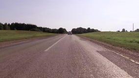 沿森林的涂柏油的国家高速公路 股票录像