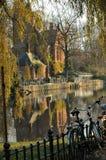 沿比利时brugges运河教会 免版税图库摄影