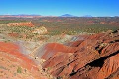 沿毛刺足迹和圆顶礁国家公园,美国的红色岩石风景 图库摄影
