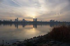 沿汉江的都市风景在黄昏的汉城 库存照片
