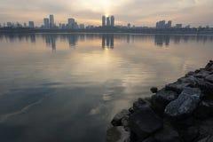 沿汉江的都市风景在黄昏的汉城 免版税库存图片