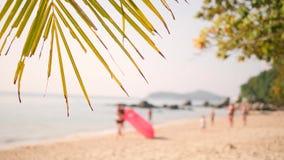 沿沙滩的年轻朋友奔跑与在热带海岛上的可膨胀的空气沙发吊床 4K 普吉岛泰国 影视素材