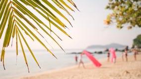 沿沙滩的年轻朋友奔跑与在热带海岛上的可膨胀的空气沙发吊床 4K 普吉岛泰国 股票视频