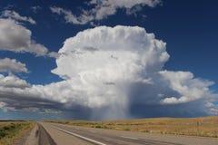 沿沙漠高速公路的被隔绝的雷暴 免版税图库摄影