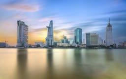 沿河光的秀丽摩天大楼使光滑在都市下 库存图片