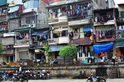 沿河内越南火车街道的拥挤房子 免版税图库摄影