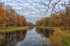 沿河和反射的秋天树 免版税库存照片