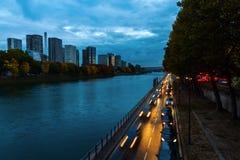 沿河塞纳河的看法在巴黎,法国,在晚上 库存照片