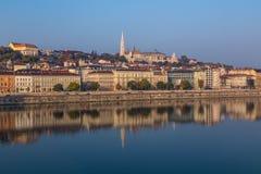 沿河多瑙河的大厦在布达佩斯 免版税库存照片