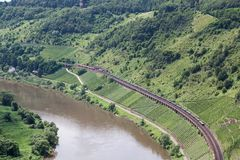沿河摩泽尔的鸟瞰图两火车在德国 免版税库存照片