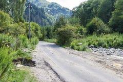 沿河的一条山路 库存照片