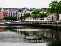 沿河的五颜六色的议院黄柏的爱尔兰 库存照片