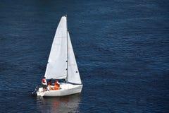 沿河的体育游艇风帆 库存照片