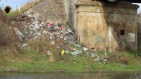 沿河的垃圾 影视素材