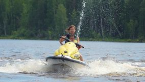 沿河的妈妈和女儿乘驾一只个人船只的 股票视频