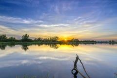 沿河的日落作为下来太阳天际 免版税图库摄影