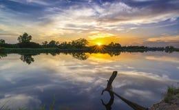 沿河的日落作为下来太阳天际 库存照片