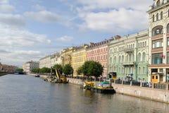 沿河的明亮的色的大厦在圣彼得堡,俄罗斯 免版税库存图片