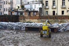 沿河的河岸的沙袋在洪水和pu以后的 免版税库存图片