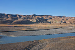 沿河的高山牧场地在天山 免版税库存照片