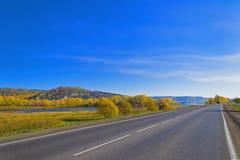 沿河的高速公路。 免版税图库摄影