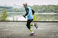 沿河的年长男性赛跑者奔跑 库存照片