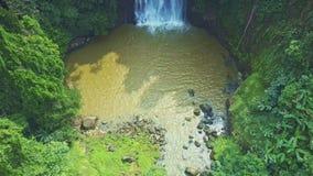 沿河的Flycam移动横跨湖上升在瀑布 股票视频
