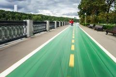 沿河码头的自行车道路 免版税库存照片