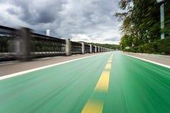 沿河码头的自行车道路 免版税图库摄影
