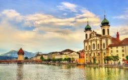 沿河罗伊斯统治者列表的阴险的人教会在老镇卢赛恩-瑞士 免版税库存照片