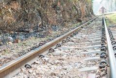 沿河Kwai, Kanjanaburi的老铁路轨道 图库摄影