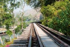 沿河Kwai, Kanjanaburi的老铁路轨道 库存图片