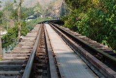 沿河Kwai, Kanjanaburi的老铁路轨道 库存照片