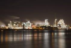 沿河Merwede的化工工厂 图库摄影