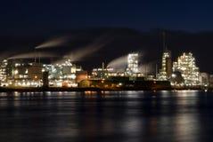 沿河Merwede的化工工厂 库存照片