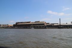 沿河Noord河岸的老被放弃的工厂在阿尔布拉瑟丹在荷兰 免版税库存图片