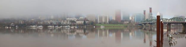 沿波特兰或江边全景美国的有雾的天 图库摄影